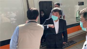 快新聞/陳時中訪台南人氣爆棚 民眾搶送飲料、遞卡片
