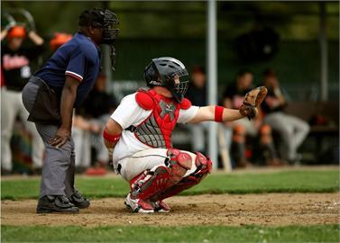 棒球/高中捕手「怕球」漏接…觸身球砸主審 他怒飆球員還判對手勝?
