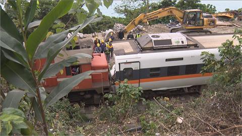 快新聞/太魯閣號第5節車廂已拖出隧道口 第6節仍卡著一具遺體