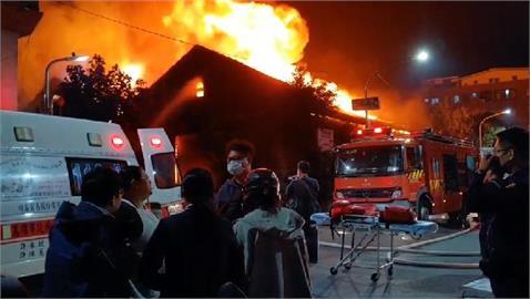 快新聞/高雄駁二特區倉庫大火 木造建築物燒得幾近全毀