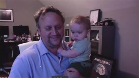 記者在家抱寶寶線上訪問 怕得罪採訪者結果意外