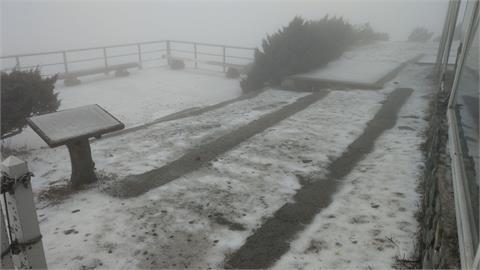 快新聞/玉山北峰降3月雪! 下午2時積雪0.7公分
