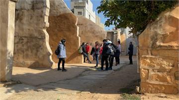 沙美老街頹屋政府推加固工程磚瓦紅牆被遮蓋 民眾嘆:抹滅傳統