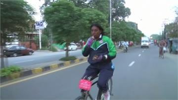 沒把手也能騎!巴基斯坦車手完成周遊國境壯舉