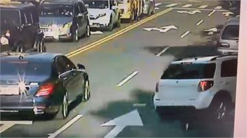 疑開車撿手機 駕駛擦撞路邊10輛機車