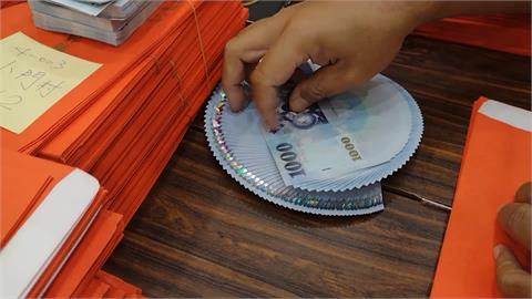 桌上滿滿都是千元大鈔! 澎湖發放消費禮金 縣府動員人力點鈔