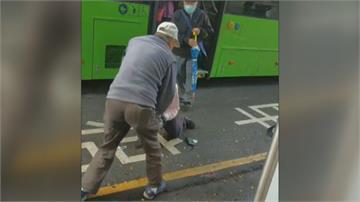 不滿車門關太快 乘客與公車司機當街拉扯