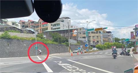 綠燈剩8秒!霸氣外送員「停車→插斜柱→背阿公衝過馬路」全網暖哭