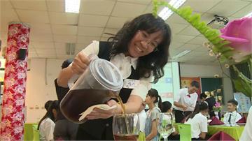 老師化身服務生為畢業生倒茶!宜蘭古亭國小畢業餐會顛覆傳統