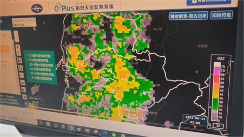 高雄阿蓮中陸橋 週日下暴雨直接滅頂