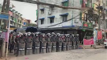 緬甸續動盪 挺軍方民眾持刀攻擊