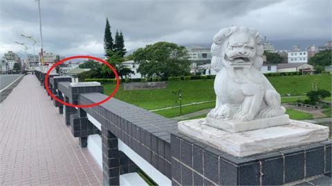 快新聞/怎麼少了2隻! 花蓮尚志橋石獅子竟遭軍人推落河床