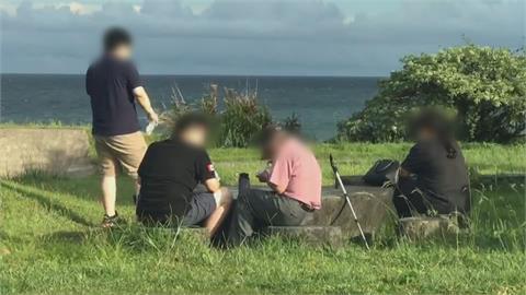 端午連假亂象!民眾群聚南方澳北濱公園「脫口罩野餐」