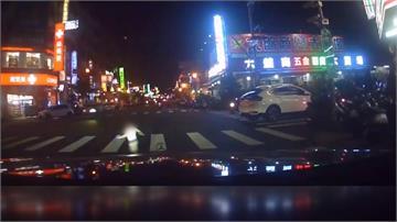 童闖紅燈蹦蹦跳跳 路過車輛急煞