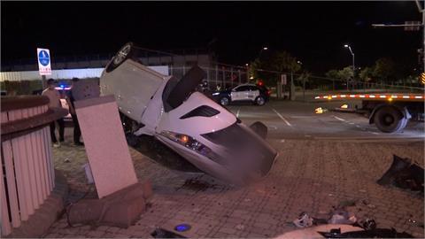 開車顧講電話 女駕駛闖紅燈遭撞翻4傷