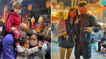 大甲媽祖繞境湧萬人!吳鳳揹女兒體驗台灣文化 宥勝暖當「護妻將軍」帶老婆完成未完的承諾