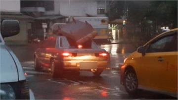頭文字D出沒?車頂放沙發過彎聞風不動