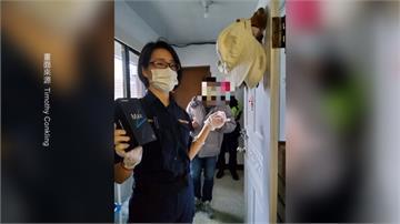 Surprise!雅加達牧師居家檢疫中手機壞掉 女警上門送上新手機