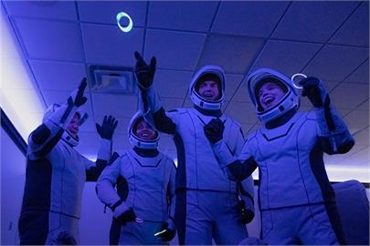 SpaceX全平民組員上太空 首度報平安:健康開心