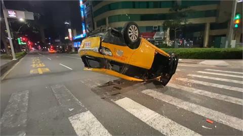 高雄小黃撞轎車翻車 轎車噴飛車頭半毀!2駕駛無酒駕疑闖紅燈肇禍