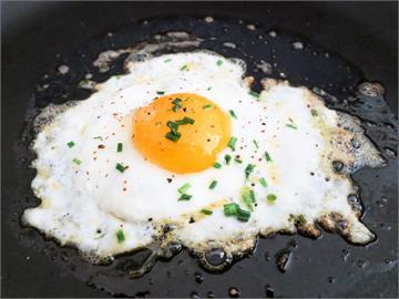 荷包蛋是鹽派還是醬油派?內行人推這味「讓你一吃掃光白飯」