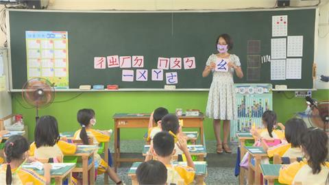 新生學發音嘴型很重要!國小師教學戴半透明口罩