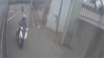 公車欲轉保養廠 騎士超車碰撞慘摔