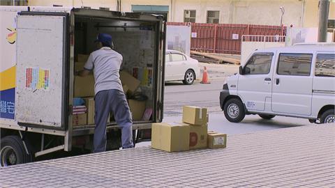 宅配訂單「比過年多」 倉庫包裹堆成山每天加班到半夜 物流士累到想請無薪假