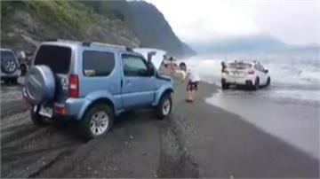 試試車子性能 一行人開車進沙灘 結果GG了