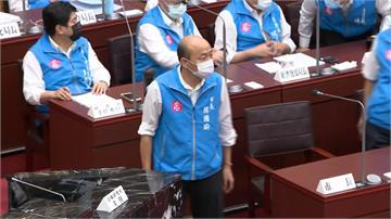 高雄市議會開議韓國瑜快閃 綠營議員綁罷韓黃絲帶抗議