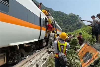 快新聞/台鐵太魯閣號遭撞擊出軌 工程車司機被帶回偵訊釐清案情