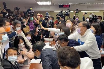 快新聞/設疫苗採購調閱小組藍綠爆口角 陳玉珍跳針:可以表決陳瑩是男是女嗎?