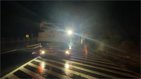 快新聞/扛不住颱風豪雨!南迴公路大石滾落路中 6台轎車撞上爆胎動彈不得