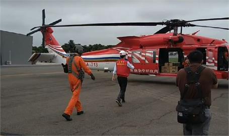 快新聞/天氣總算較穩定! 陳其邁「緊緊緊」搭直升機前進桃源山區送物資