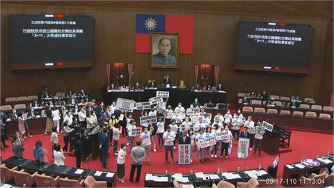 國民黨杯葛議事「撕3+11報告亂灑」!民眾黨:這叫戰鬥藍?