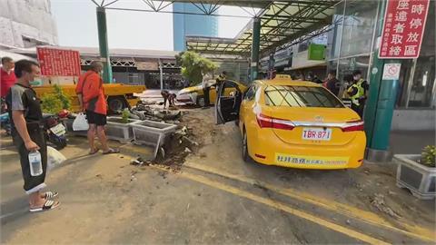 衰!台南火車站前小黃直直衝 警被撞飛腿骨折... 計程車同業也遭波及