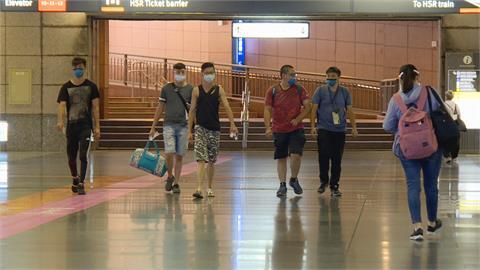 板橋車站搭車乘客湧現 侯:降級差最後一哩路 可預做解封整備
