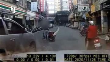 馬路中央車倒下人躺下「碰瓷」? 男與母吵架負氣躺路中央
