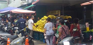 快新聞/攤位遭車佔 香蕉攤商果斷將車變「香蕉車」繼續賣