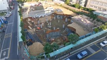 快新聞/平鎮文化公園停車場工地崩塌 1女工失聯2人受傷送醫