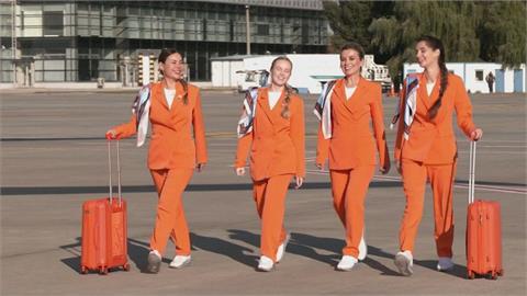 空服員解開束縛!烏克蘭航空制服大改革 捨窄裙、高跟鞋輕便飛上天