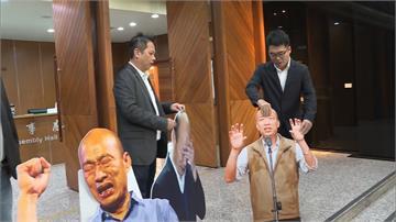 落跑市長喚不回!民進黨團總質詢放25面韓國瑜人形立牌