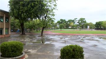 連日大雨高雄57校傳雨災 校方自搭板克難排水