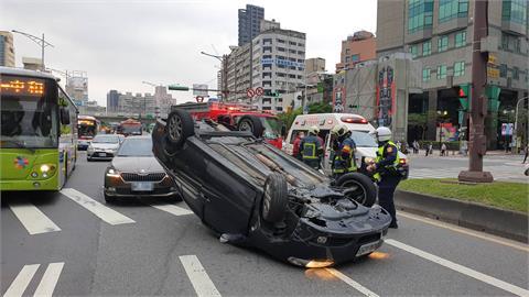 快新聞/43歲男開車擦撞分隔島 轎車「四輪朝天」橫躺西門町路旁