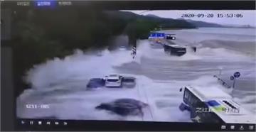 驚險!錢塘江浪潮沖車輛 左右飄移無人亡