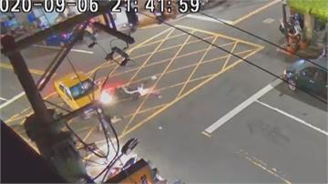 越想快越慢!閃紅燈路口搶快機車騎士撞小黃「犁田」