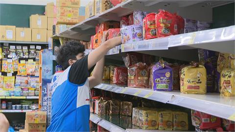 補貨趕不上掃貨速度!貨架泡麵、衛生紙被掃光 賣場祭限購令