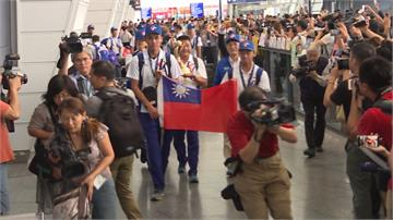 U18世界盃青棒台灣隊返台!親友團英雄式接機