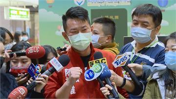 快新聞/新版「放大TAIWAN」護照今發行 陳柏惟搶第一波直呼:讓世界看見台灣很感動