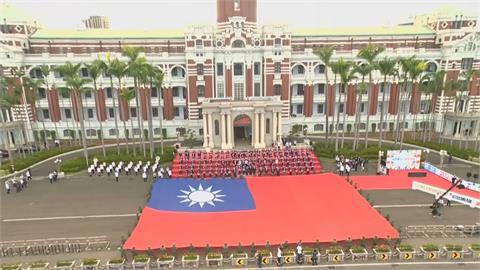 東奧英雄凱旋派對台灣蝶王秀腹肌 選手巨型國旗前留下大合照